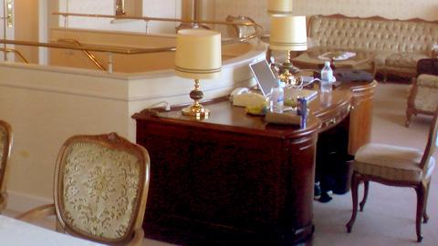 royalsuiteroom2.jpg